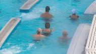 Deutschland altert – und das nicht nur demographisch: In Schwimmbädern wie hier in Bad Füssing könnte es bald noch voller werden.