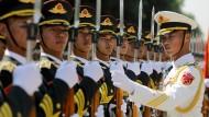 Chinesische Soldaten sind zum Empfang der Kanzlerin in Peking angetreten.