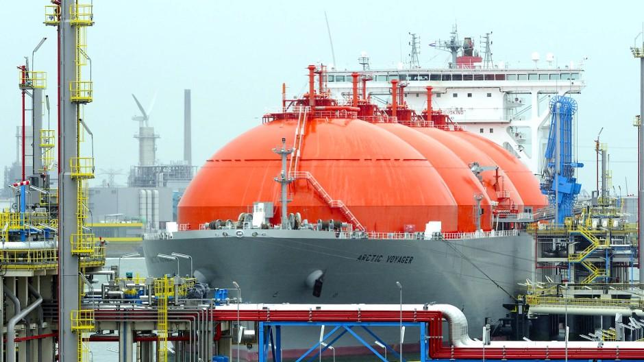"""Der Flüssiggastanker """"Arctic Voyager"""" im Hafen von Rotterdam."""