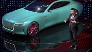 Xu Liuping, Vorsitzender der staatlichen chinesischen FAW Gruppe, präsentiert das Elektro-Konzeptauto Hongqi E-Jing GT.