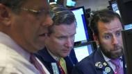 Besorgte Blicke: Gerade dominieren unter Anlegern die Sorgen.