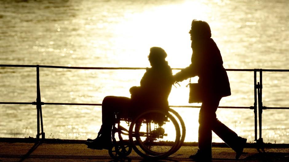 Wer die Pflege eines Angehörigen und eine Berufstätigkeit vereinbaren möchte, ist meist an der Belastungsgrenze.