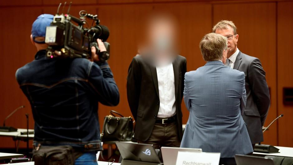In der Stadthalle Braunschweig hat heute der VW-Prozess begonnen – nicht dabei war der frühere Konzernchef Winterkorn.