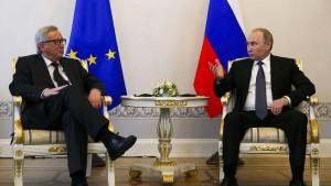 Juncker balanciert durch Petersburg