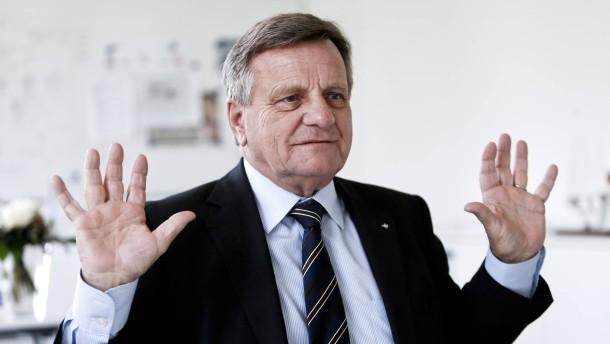 Hartmut Mehdorn -  der Geschäftsführer des neuen Berliner Flughafens in Schönefeld stellt sich in der Flughafenverwaltung den Fragen von Kerstin Schwenn