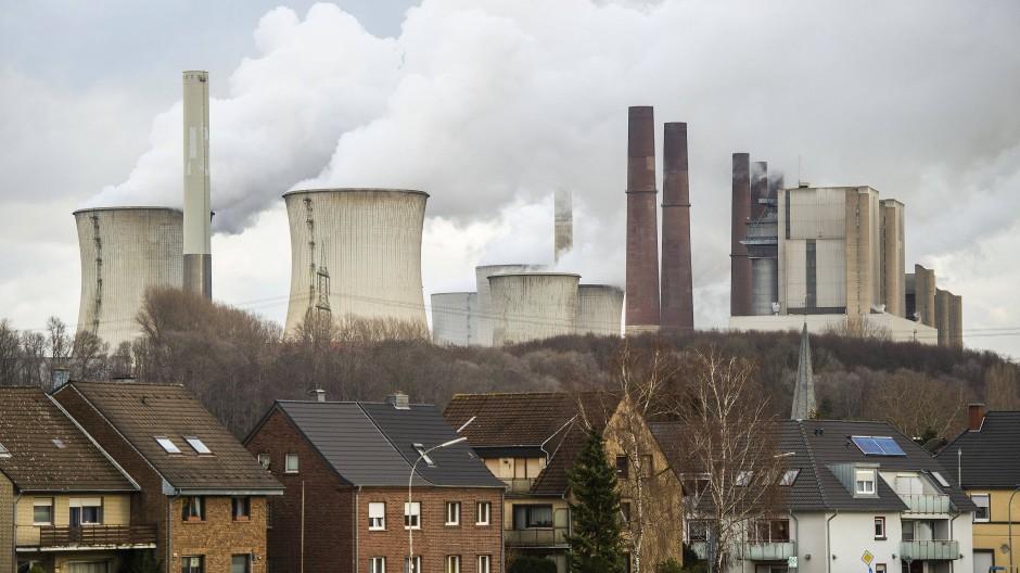 Wasserdampf kommt aus den Kühltürmen des RWE-Kraftwerks Neurath.