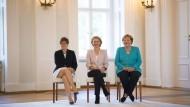 Noch lächeln sie harmonisch: Verteidigungsministerin Annegret Kramp-Karrenbauer (CDU), EU-Kommissionschefin Ursula von der Leyen (CDU), Bundeskanzlerin Angela Merkel (CDU) bei der Ernennung Kramp-Karrenbauers am 17. Juli 2019.