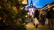 Ein Christbaum auf einem Weihnachtsmarkt in Niedersachsen (Archivbild).