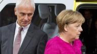 VW-Chef Müller neben der Kanzlerin während der Automesse IAA in Frankfurt.