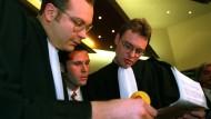 Jean Marc Bosman (Mitte) mit seinen Anwälten im Gerichtssaal am 15. Dezember 1995