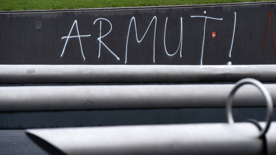 """Berlin: """"Armut!"""" steht am Potsdamer Platz an einer Wand."""
