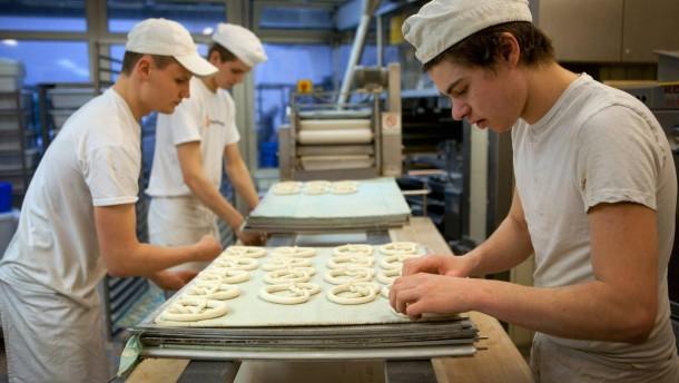 Bäckerei Handwerk - Bäckermeister Heinz Hoffmann und seine Frau von der Münchener Jahreszeitenbäckerei backen ihre Spezialitäten noch selbst.