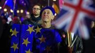 Wie es nun weitergeht, fragen sich nicht nur die vielen Briten, die gestern vor dem Parlament demonstrierten.