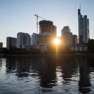 Blick auf Frankfurts Skyline vom Main aus.