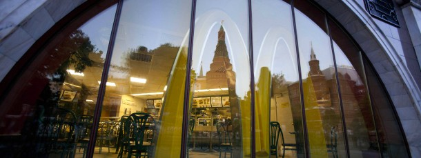 Nahe des Kremls kann man einen Hamburger bei McDonald's essen.