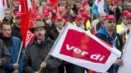 In der IT-Branche ein seltenes Bild: Mitarbeiter des Konzerns IBM demonstrierten am Montag vor der Deutschland-Zentrale in Ehningen.