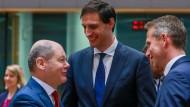 Der niederländische Finanzminister Wopke Hoekstra (m.) während des Treffens in Brüssel mit seinen Kollegen Olaf Scholz (l.) und Kristian Jensen (r.).