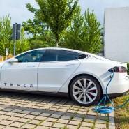 Ein Tesla Model S tankt auf.
