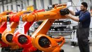 Passt alles? Der Augsburger Roboter-Hersteller Kuka gehört seit vergangenem Jahr mehrheitlich dem chinesischen Midea-Konzern.