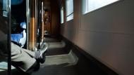 Beine ausstrecken - oder auch mal für sanfte Flirt-Berührungen mit der Zugbekanntschaft einsetzen