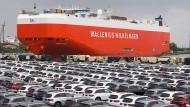 Mercedes-Autos werden am Autoterminal in Bremerhaven verladen.