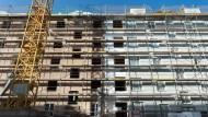 Baugerüst in Dresden: Die Makler-Gebühren sind offenbar um die Hälfte gefallen.