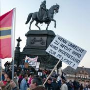 Pegida-Anhänger sammeln sich 2015 unter dem König-Johann-Denkmal auf dem Theaterplatz in Dresden.