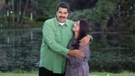 Venezuelas Präsident Nicolas Maduro bei der Weihnachtsansprache mit seiner Frau