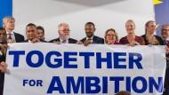 """Vertreter der """"High Ambition Coalition"""", die sich für striktere Klimaziele einsetzt, mit Bundesumweltministerin Svenja Schulze (SPD, 4. von rechts)."""