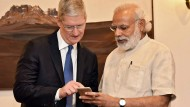 Apple-Chef Tim Cook, Indiens Premier Narendra Modri - und ein iPhone