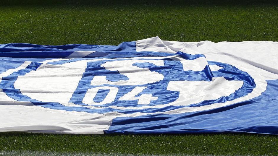 Ziemlich am Boden: Fahne von Schalke 04
