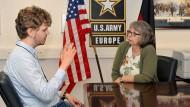 Sternkunde: Lukas Schnabel, Masterstudent aus Darmstadt, lernt in der Clay-Kaserne die amerikanische Arbeitskultur kennen. Seine Chefin, Elke Herberger, ist seit mehr als 20 Jahren Pressereferentin der Army.