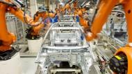 Roboterarme von Kuka arbeiten im VW-Werk in Wolfsburg: Ein chinesischer Konzern hat Interesse am Roboterbauer angemeldet.