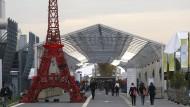 Nicht das Original: Ein Eifelturm-Modell auf dem Geländer der gerade laufenden Klimakonferenz in Paris.