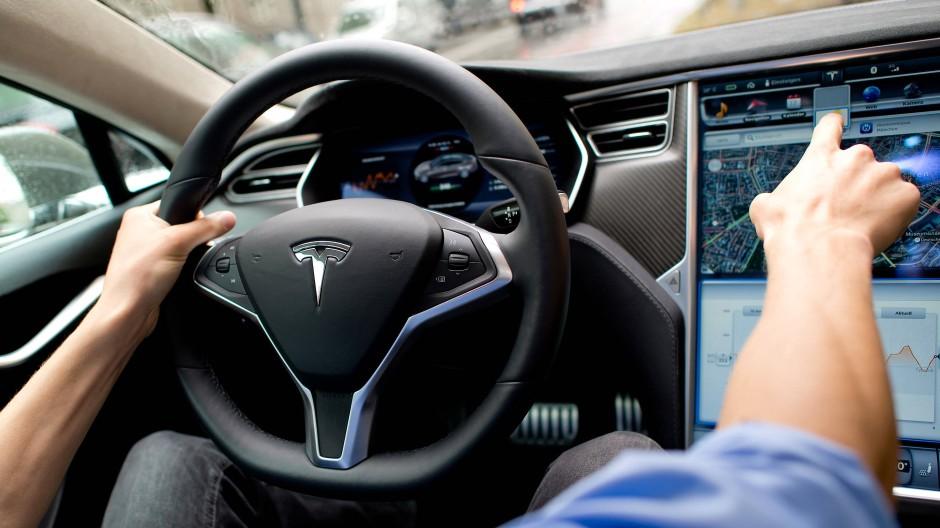 Noch ist die Hand häufig am Steuer in Teslas Limousine Model S.