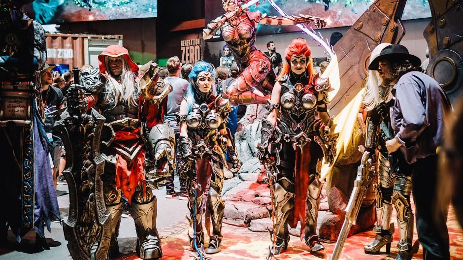 Die kulturelle Seite des Gaming: Cosplayer posieren als Darksiders-Figuren