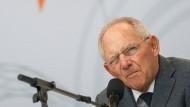 Wolfgang Schäuble (71) spricht auf dem Tag der offenen Tür der Bundesregierung an diesem Sonntag.