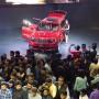 Besucher drängeln sich auf der Auto Expo 2016 in der Nähe von Neu Delhi an diesem Montag.