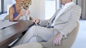 Ein Führungsposten, ein Mann, ein Hund