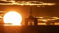 Die Sonne geht am Horizont an der britischen Ostküste hinter einer Ölplattform auf. Die Preise für den Rohstoff sind am Mittwoch unter Druck geraten.