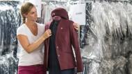 In Frankfurt werden die neuen Uniformen angeliefert, konfektioniert und an die Mitarbeiter verschickt.