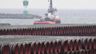 Röhren für die Ostsee-Gaspipeline Nord Stream 2 werden auf dem Gelände des Hafens Mukran auf Rügen gelagert.