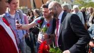 Noch schnell ein Foto: Martin Schulz mit roten Rosen in Mülheim an der Ruhr