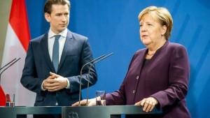 Lob für Merkel, Kritik an Kurz