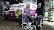 Flasche voll: Unternehmensgründer Dieter Büchl (rechts) und der Geschäftsführer Stephen Weich im Lager der Getränkelieferanten.