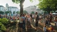 Man bleibt unter sich: Im Frankfurter Nordend sammeln sich immer freitags viele Anwohner des Szeneviertels auf dem Friedberger Platz. (Archivbild)
