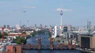 Der Blick auf die Oberbaumbrücke, die Friedrichshain und Kreuzberg verbindet.
