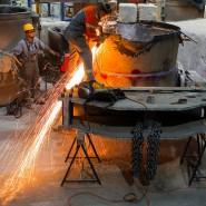 Funken sprühen bei Arbeiten in einer Gießerei in Waren, Mecklenburg-Vorpommern.