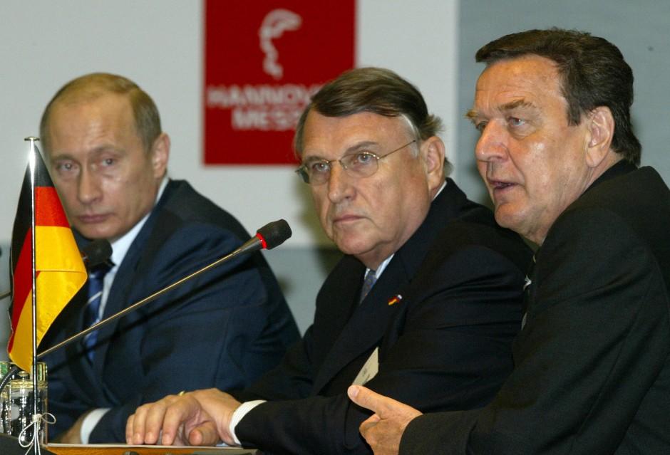 Deutsch-Russische Freundschaft: Klaus Mangold zwischen Wladimir Putin und Gerhard Schröder auf der Hannover Messe 2005.