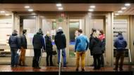 Arbeitssuchende warten vor einem Jobcenter auf Einlass: EU-Ausländern darf künftig drei Monate lang Sozialhilfe verweigert werden.